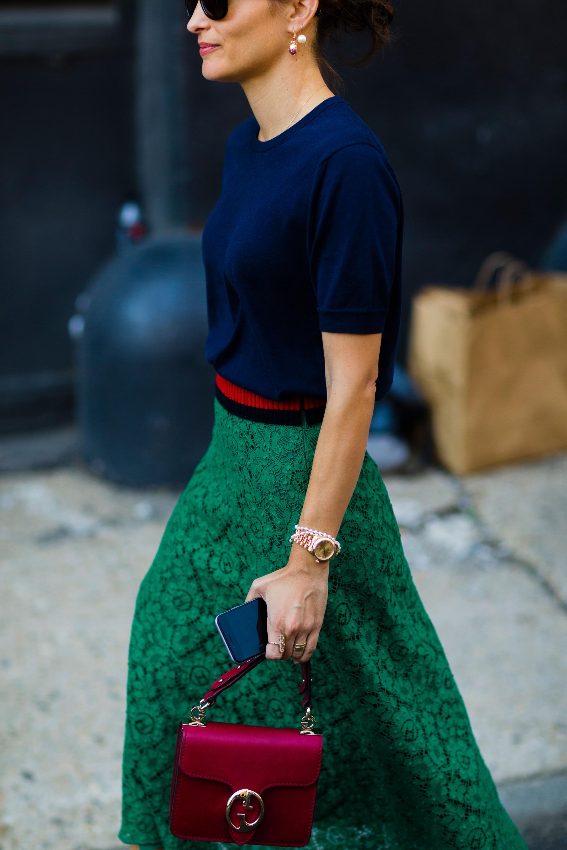 chân váy xanh lục và áo len màu xanh navy