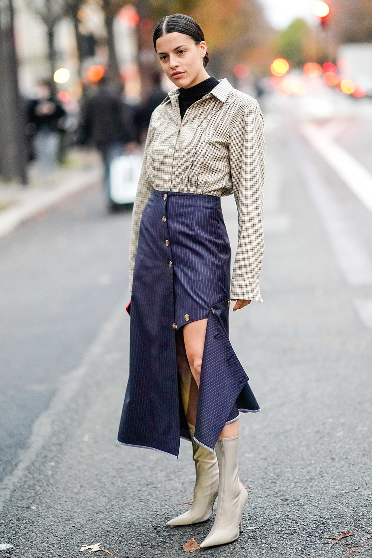 chân váy xanh navy và áo sơ mi tay dài