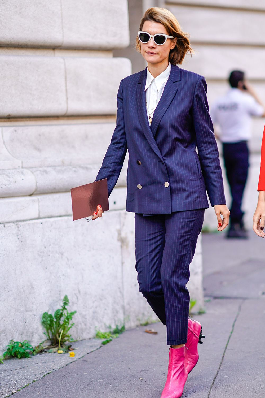 phối suit màu xanh navy và giày bốt hồng