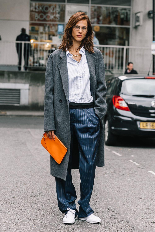 túi xách màu cam mix với trang phục màu xanh và xám