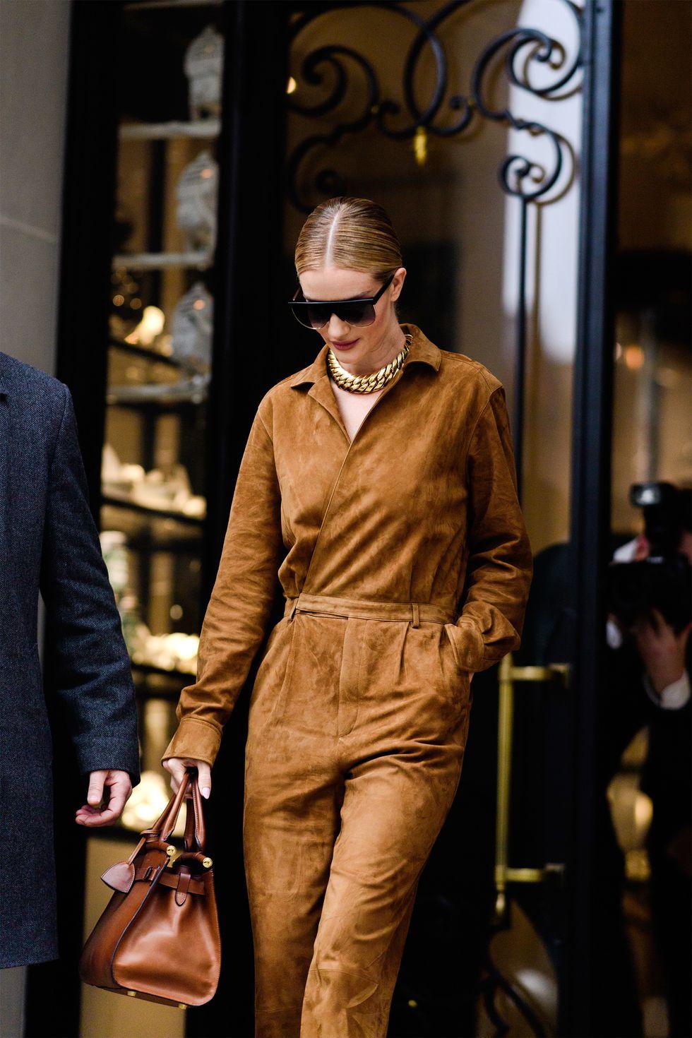 thời trang vintage jumpsuit và túi xách màu nâu