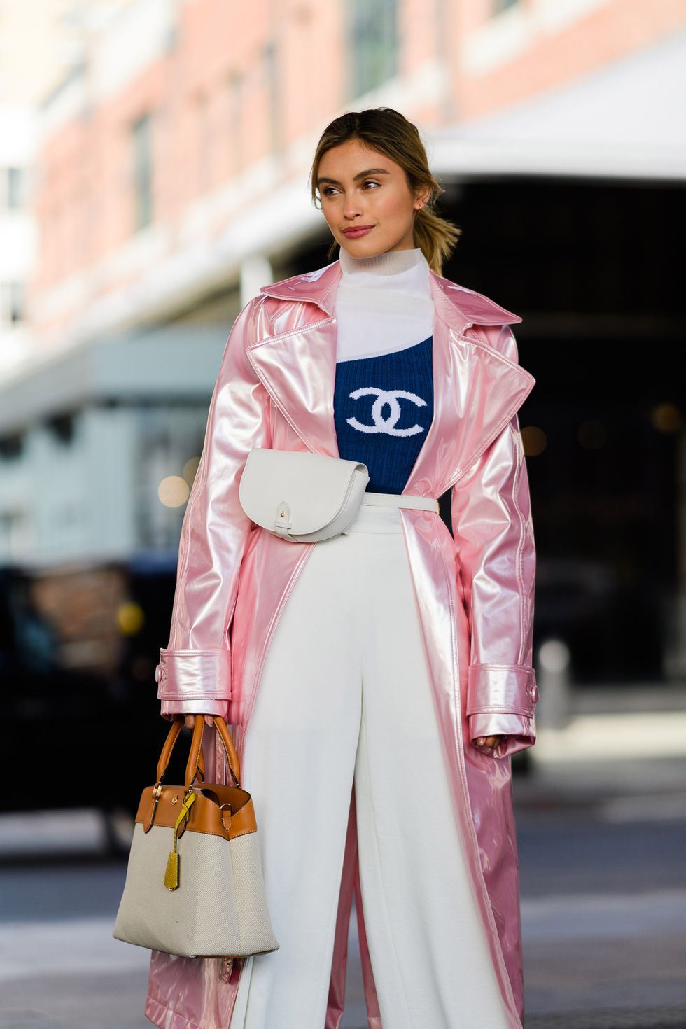 kết hợp trang phục màu xanh navy và áo khoác hồng