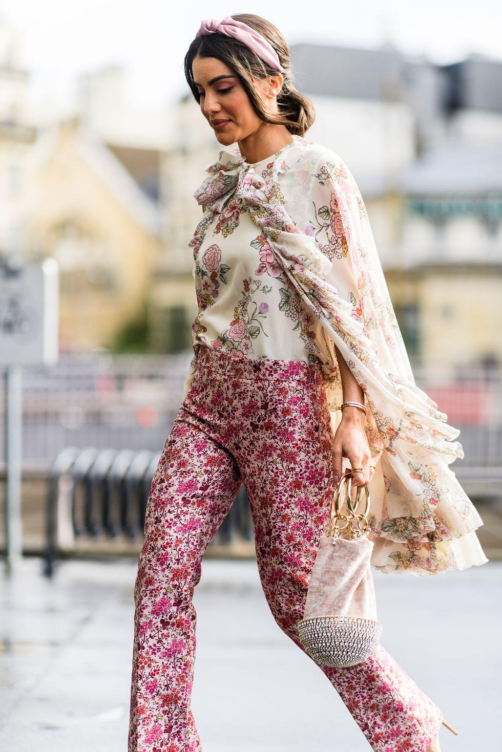 fashonita sơ-vin áo họa tiết hoa cùng quần, túi xách đan lưới, kính mát đen và băng đồ hồng millennial tại paris thu - đông 2019