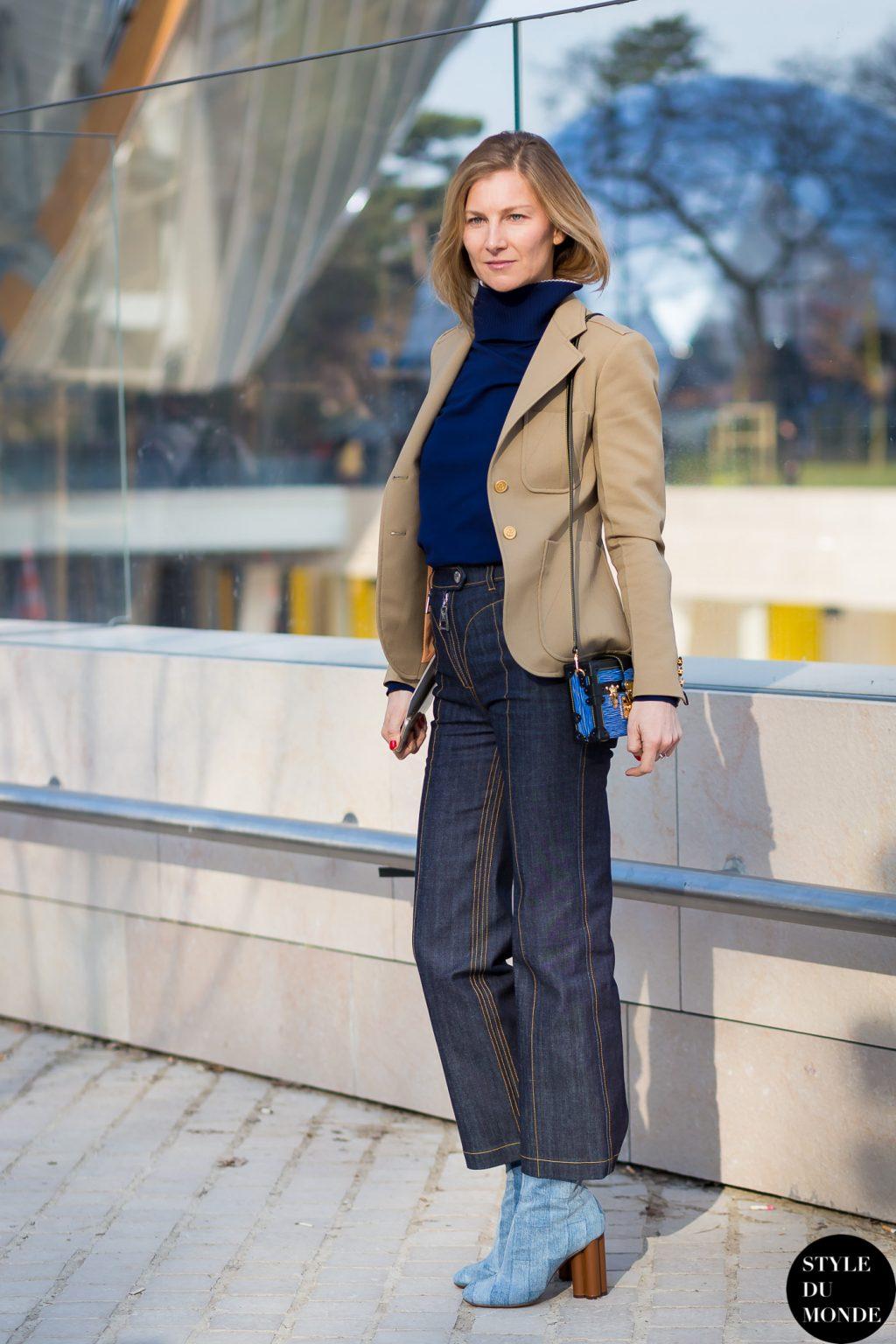 quần jeans và áo cổ lọ