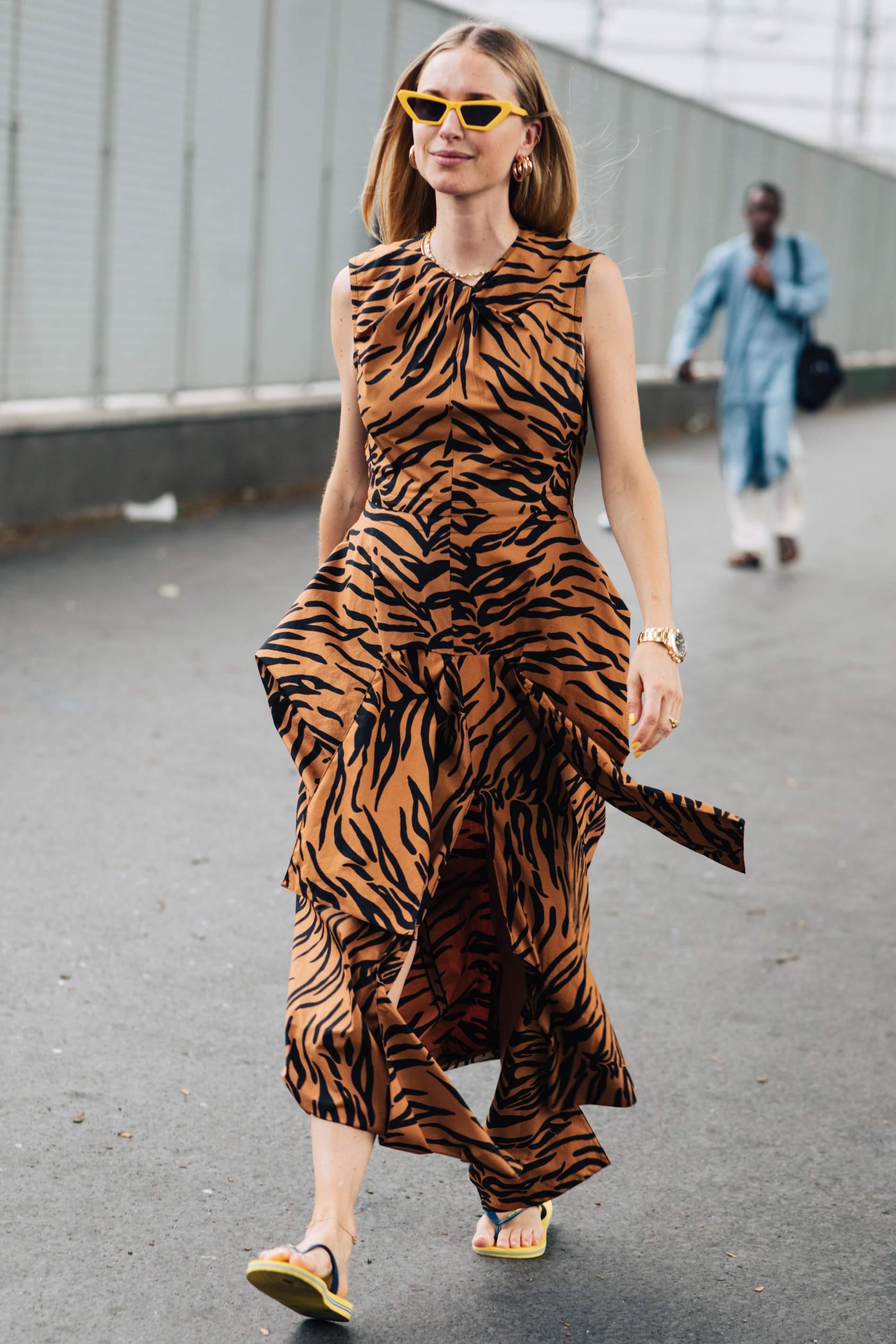 xu hướng thời trang váy họa tiết da hổ 5