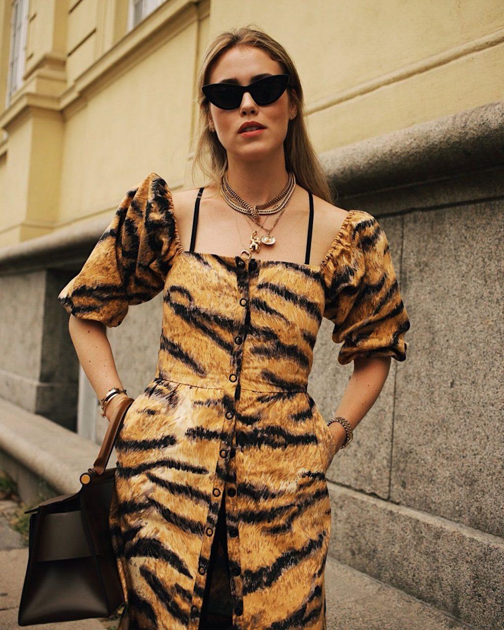 xu hướng thời trang váy họa tiết da hổ 9