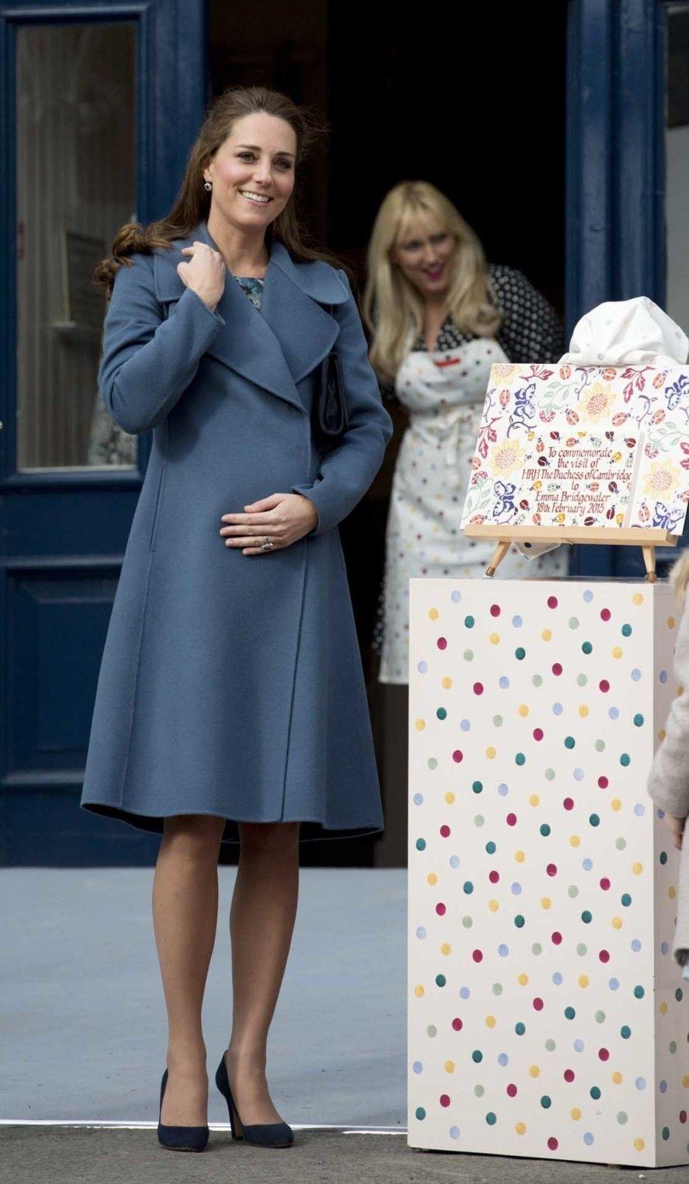 công nương kate mặc áo trench coat khi mang thai