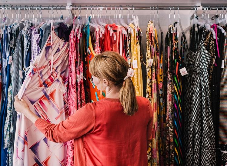 cô gái lựa chọn quần áo