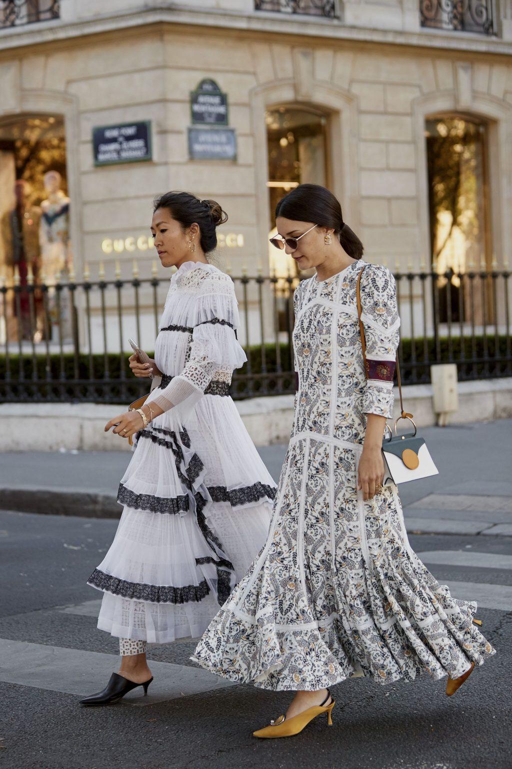 cách phối đồ ăn ý với bạn thân - hai cô gái mặc đầm dài màu trắng