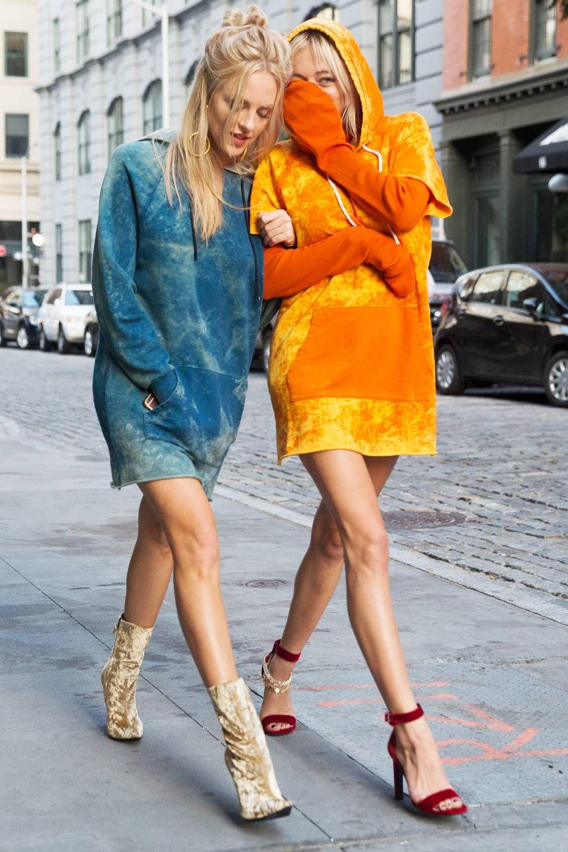 cách phối đồ ăn ý với bạn thân - hai cô gái mặc áo hoodie màu xanh và cam