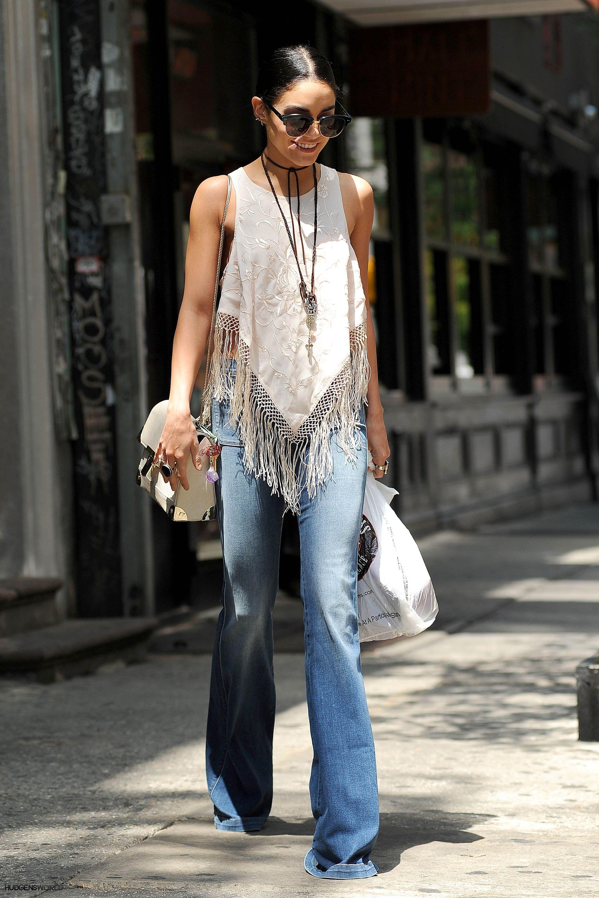 Vanessa Hudgens mặc áo crop top tua rua trắng