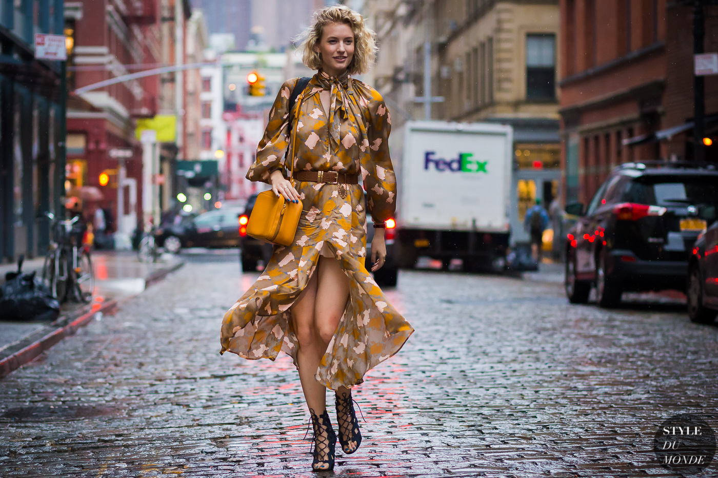 đầm maxi họa tiết hoa màu nâu, cam và giày cao gót thắt dây đen