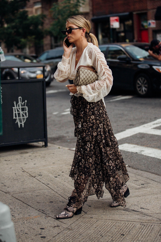 áo blouse trắng xuyên thấu, chân váy hoa đen xếp tầng