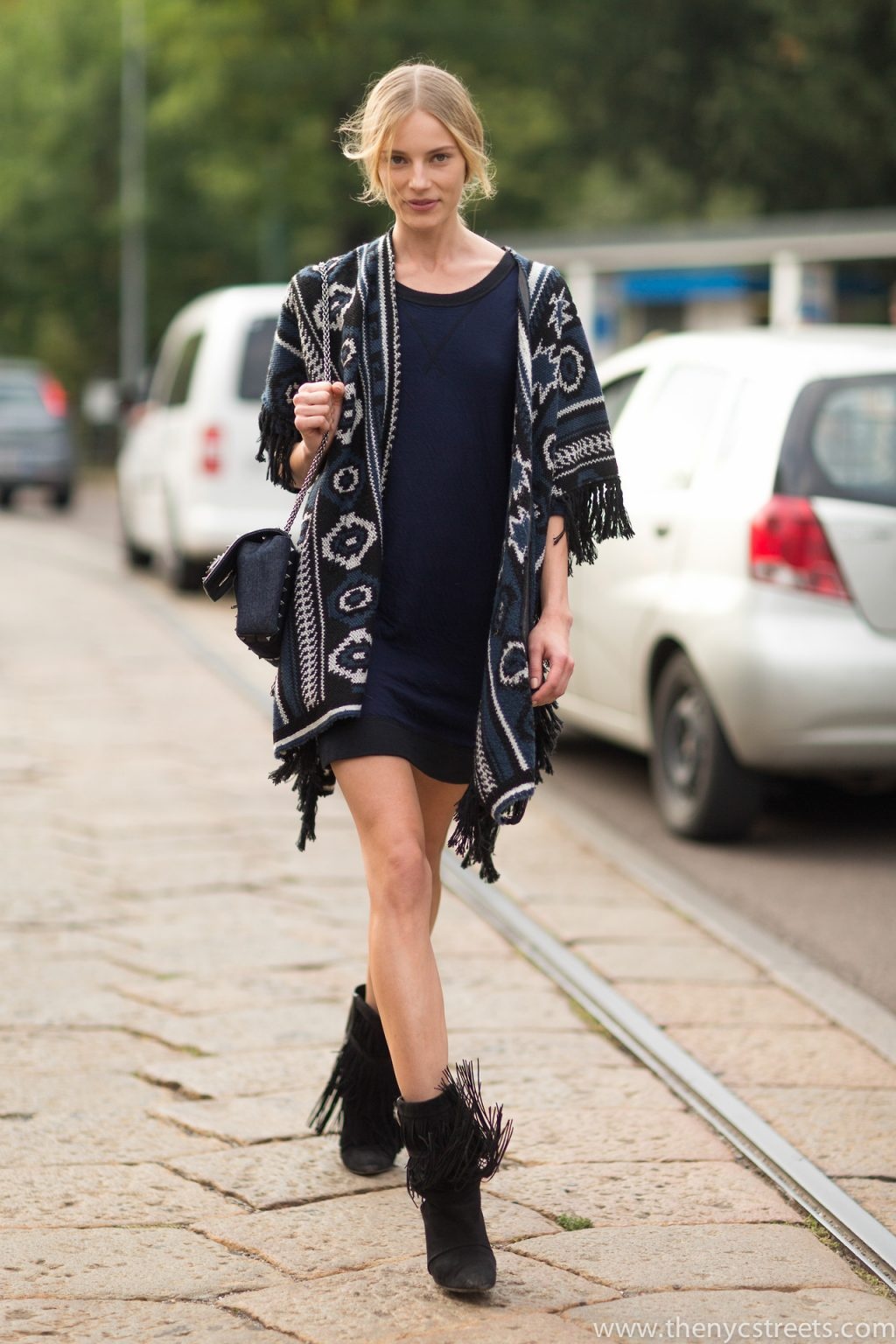phong cách bohemian với áo khoác tunic họa tiết thổ dân