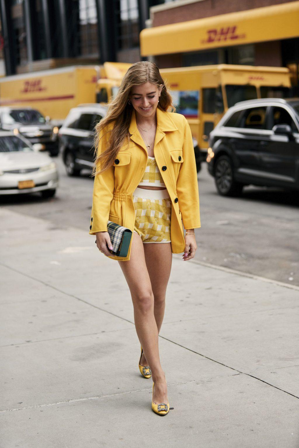 trang phục màu vàng mùa Hè
