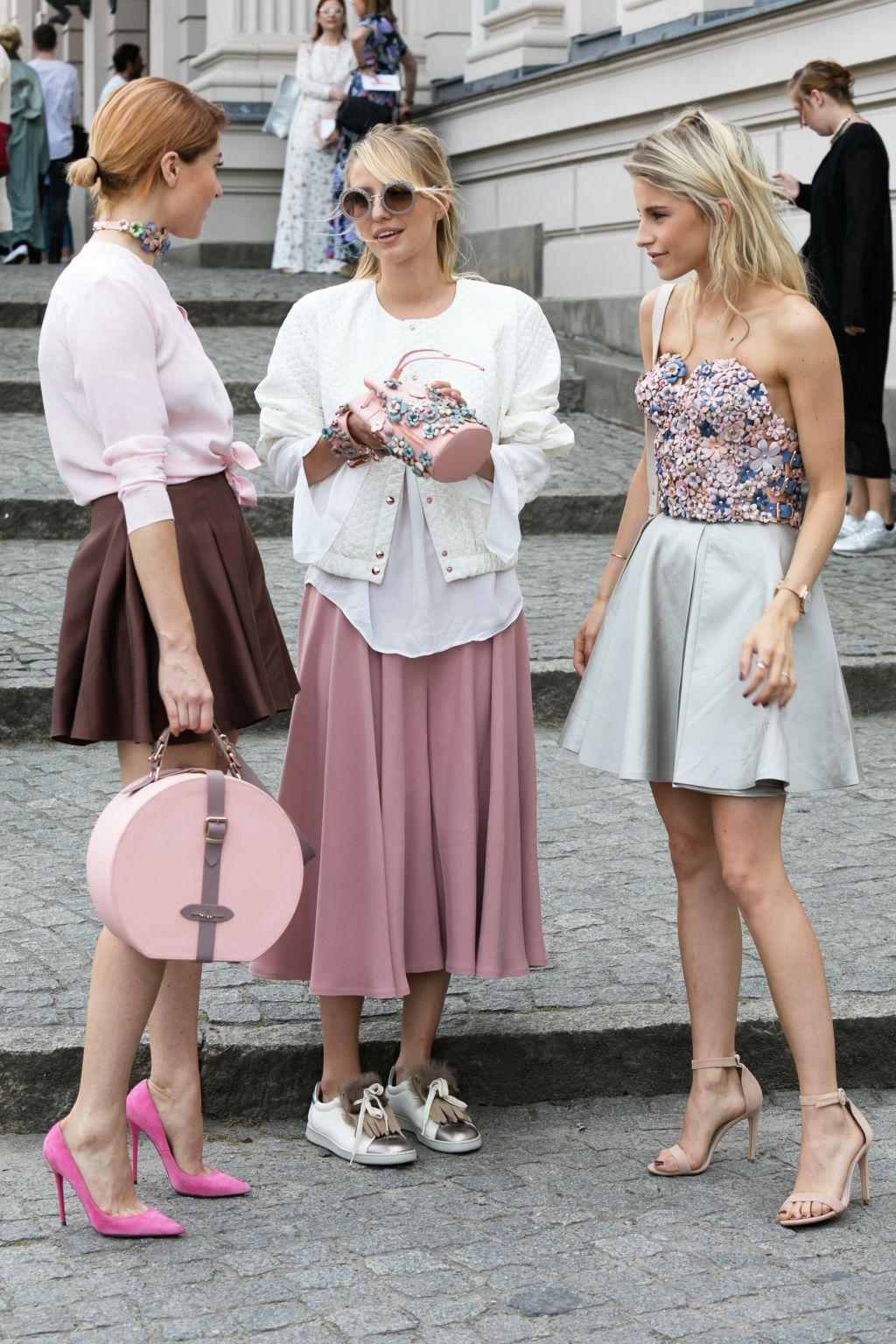 thời trang mùa hè ba cô gái mặc đồ màu hồng