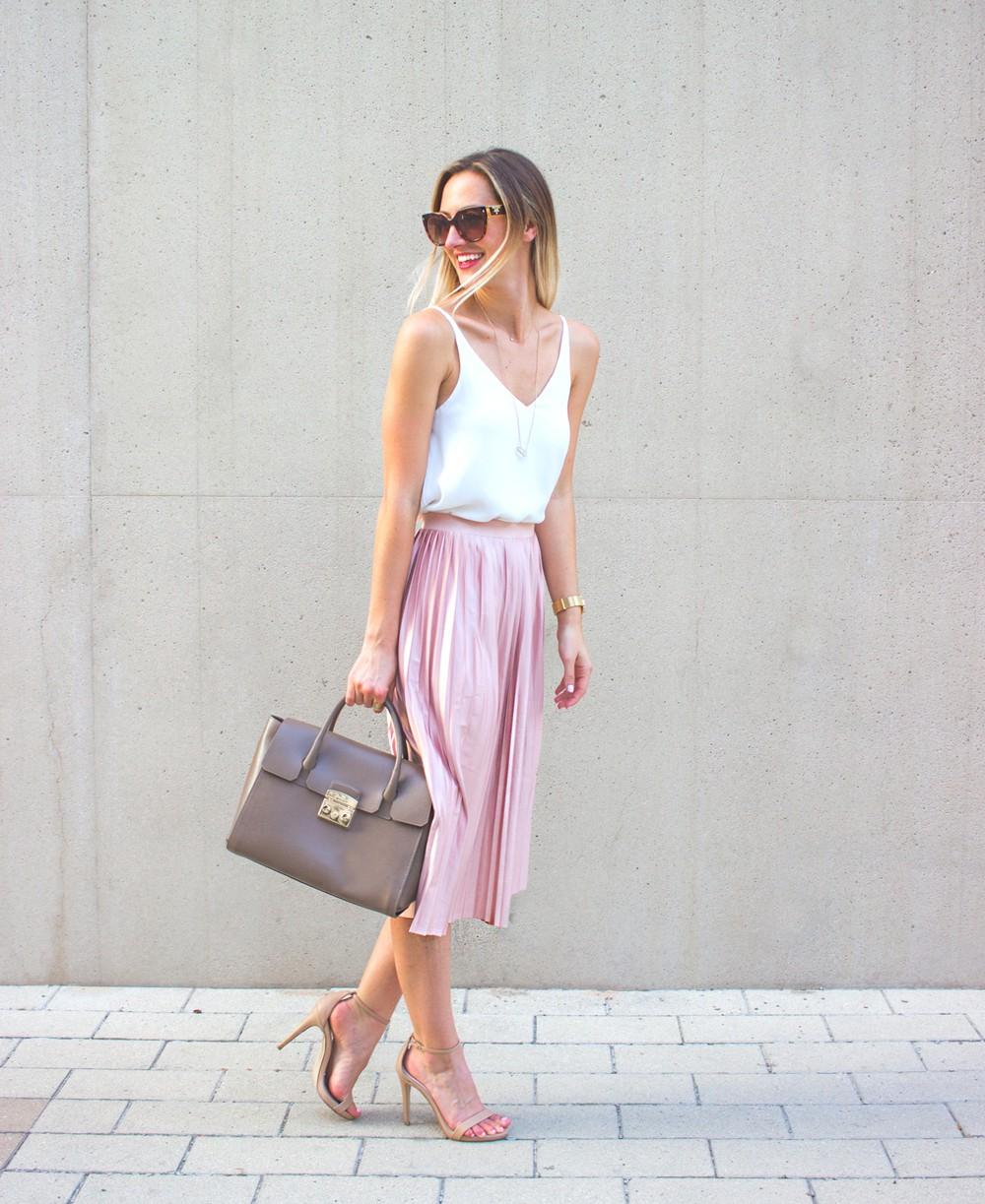 thời trang mùa hè chân váy màu hồng và áo trắng