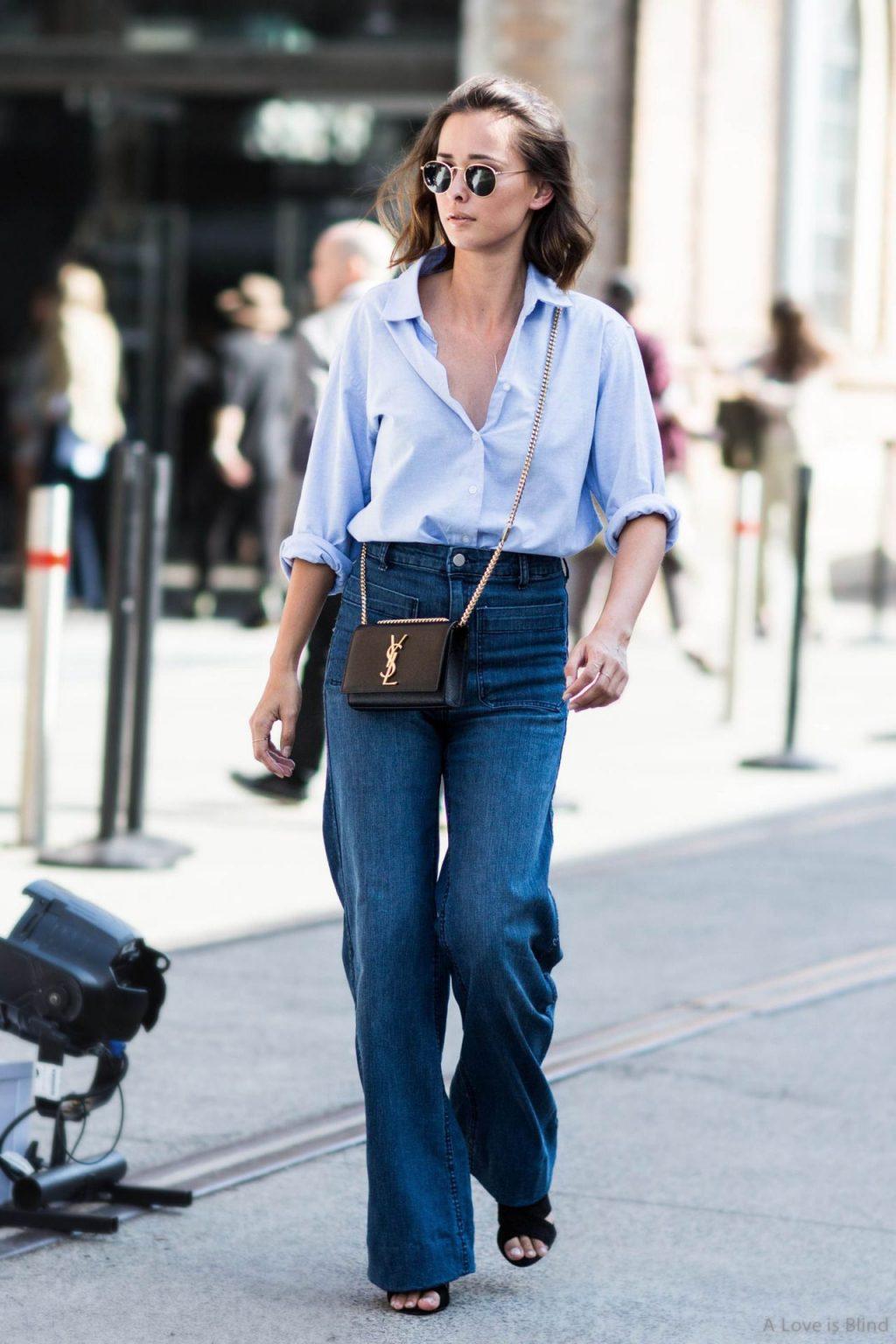 áo sơ mi màu xanh và quần jeans