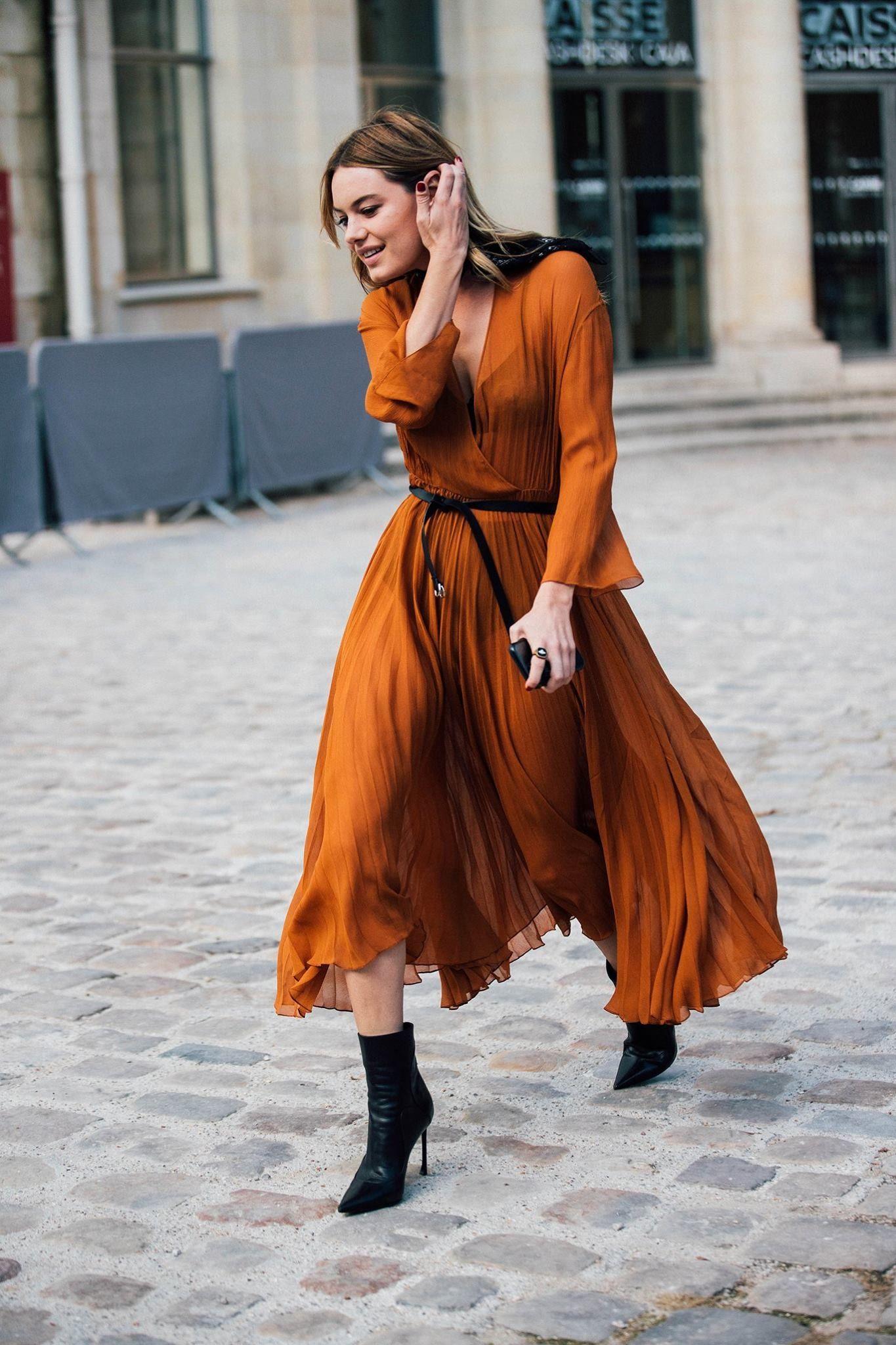 đầm màu cam và boots đen