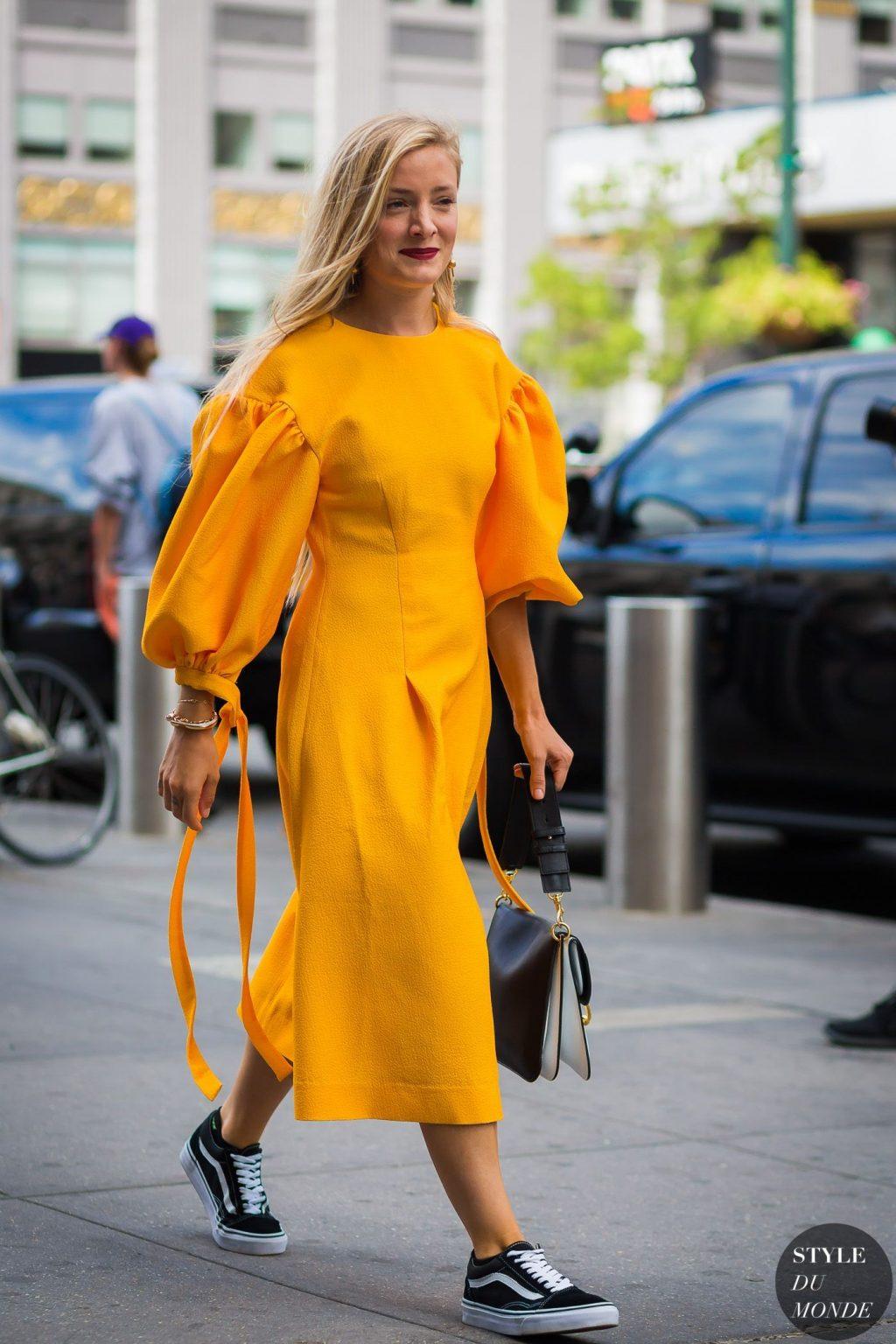 đầm tay bồng màu vàng