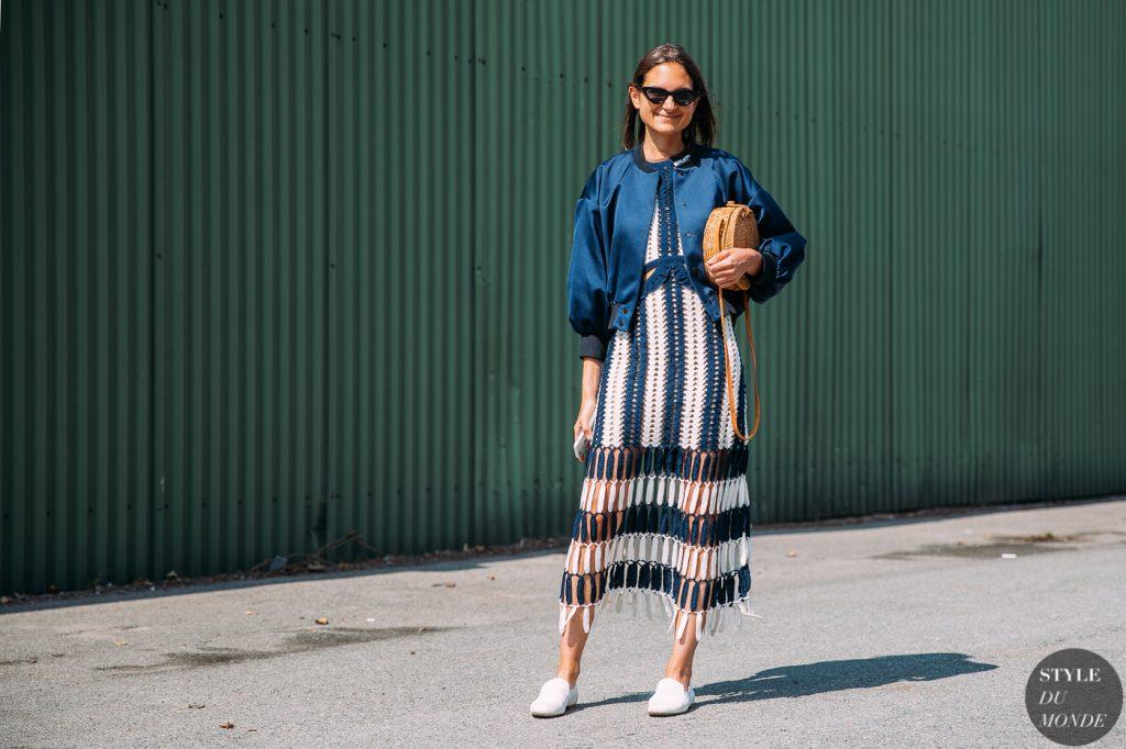cô gái mặc áo khoác bomber màu xanh và đầm tua rua 2