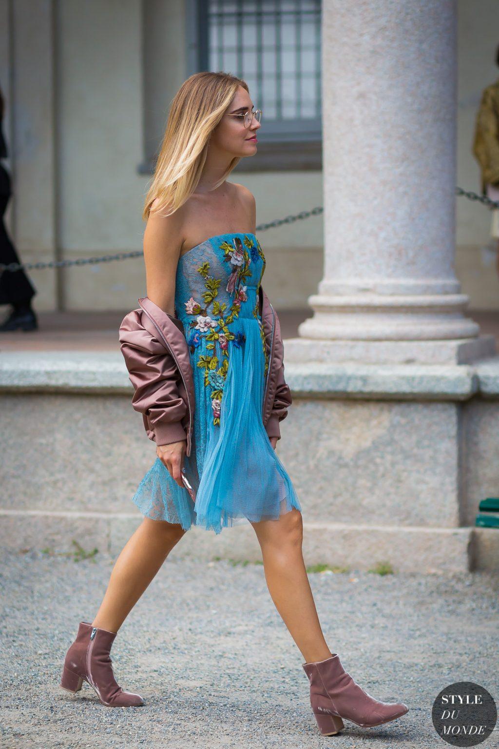 chiara ferragni mặc đầm họa tiết ha và áo khoác bomber