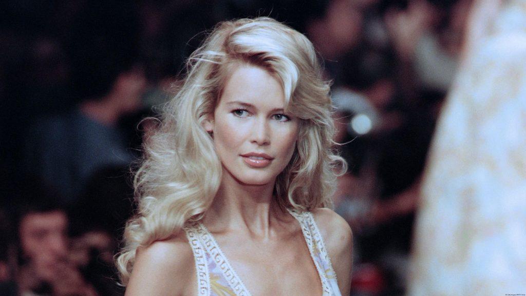 Sự kết hợp giữa Giám đốc sáng tạo lẫy lừng của Chanel và huyền thoại tóc vàng của làng thời trang thập niên 90 - Claudia Schiffer - từ khi chẳng mấy ai biết đến tên cô.