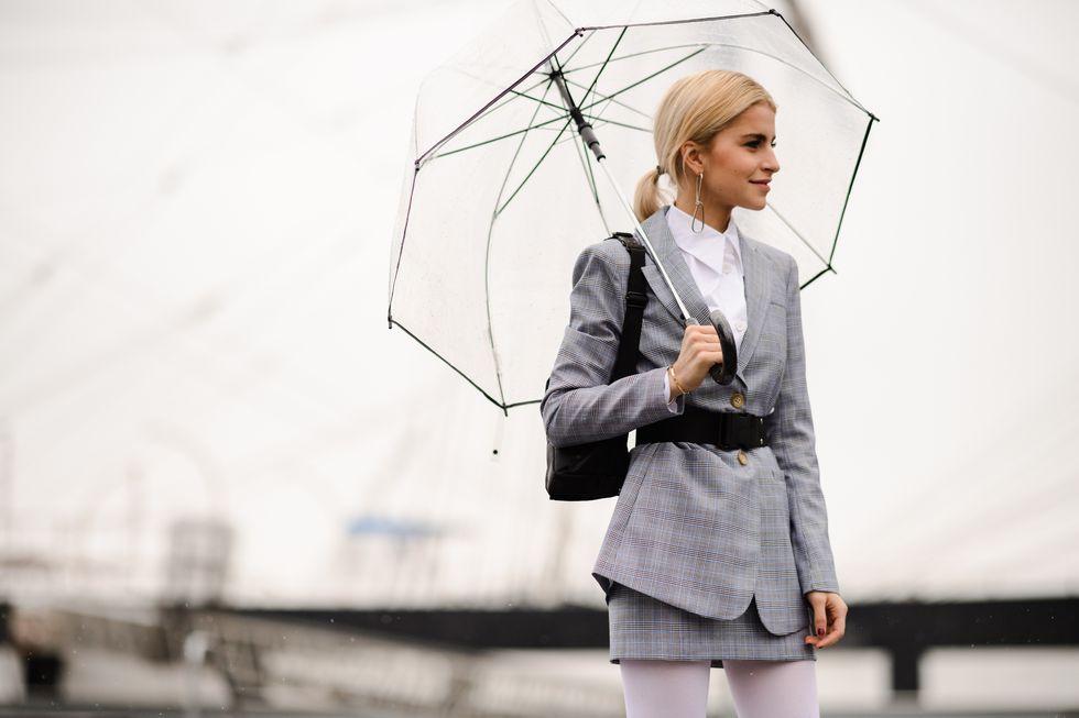 phong cách thời trang caroline daur blazer kẻ ô chân váy kẻ ô thắt lưng cây dù tuần lễ thời trang london