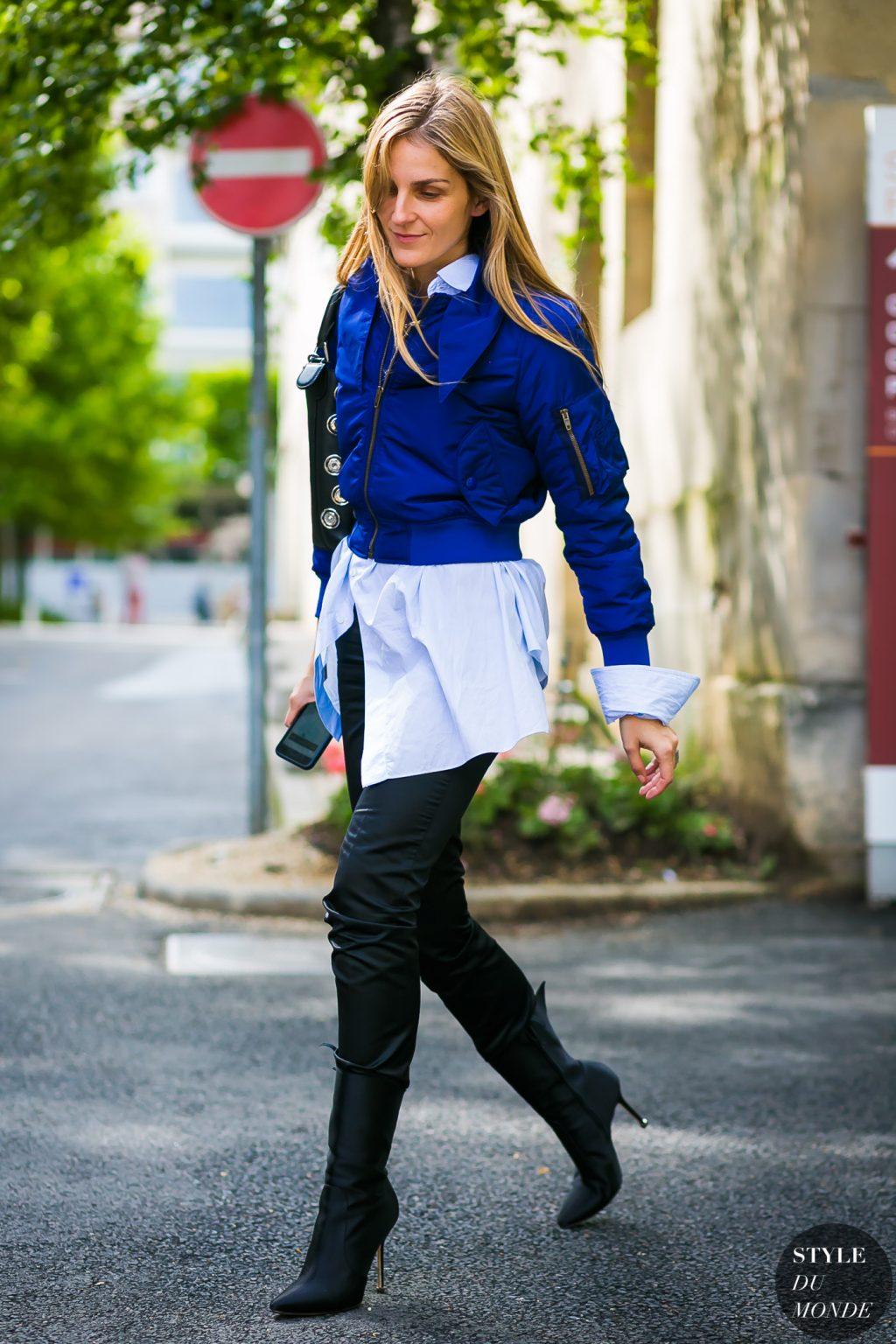 cô gái mặc áo sơ mi dáng dài và áo khoác bomber xanh cobalt