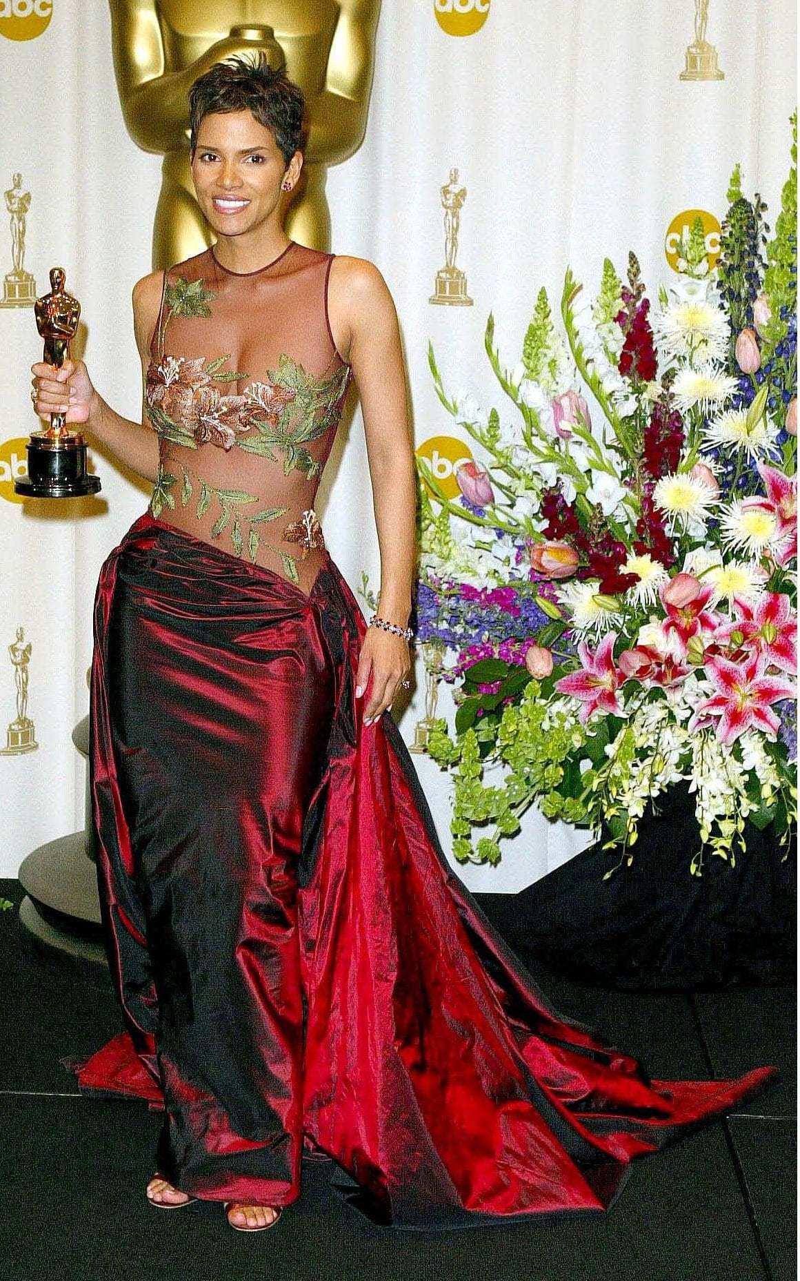 trang phục thảm đỏ Oscar 2