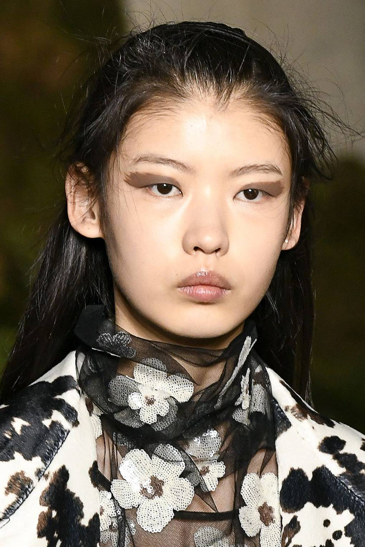 """Xu hướng trang điểm mắt có """"cánh"""" như Alexa Chung."""