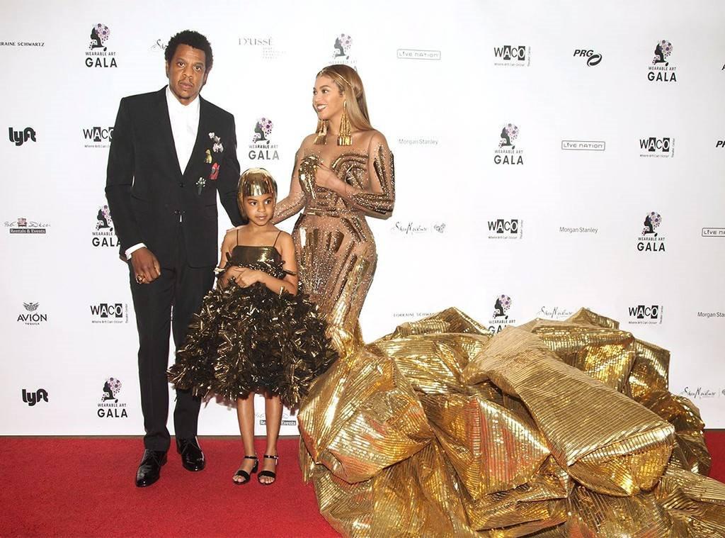 Blue Ivy Carter diện đầm trên thảm đỏ cùng bố mẹ