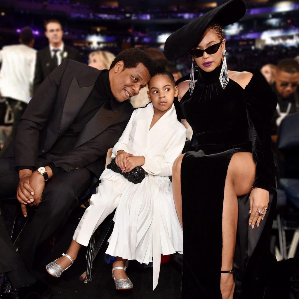 Blue Ivy Carter mặc đồ trắng xuất hiện cùng bố mẹ