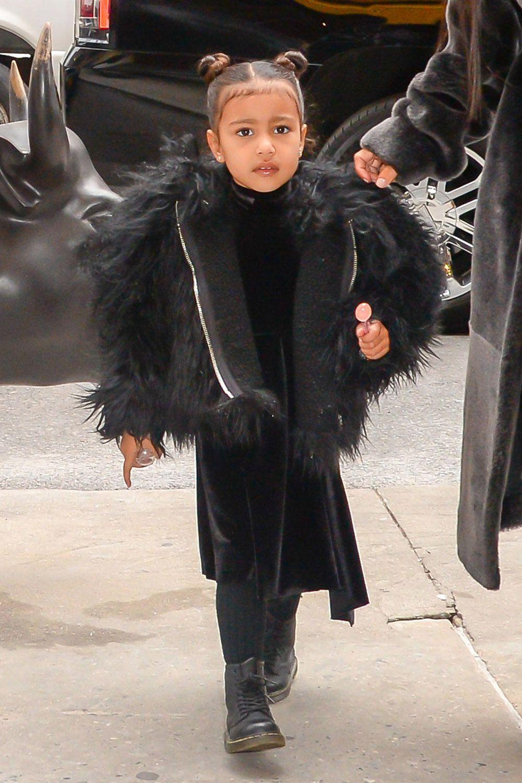 North West diện áo khoác lông và đầm màu đen