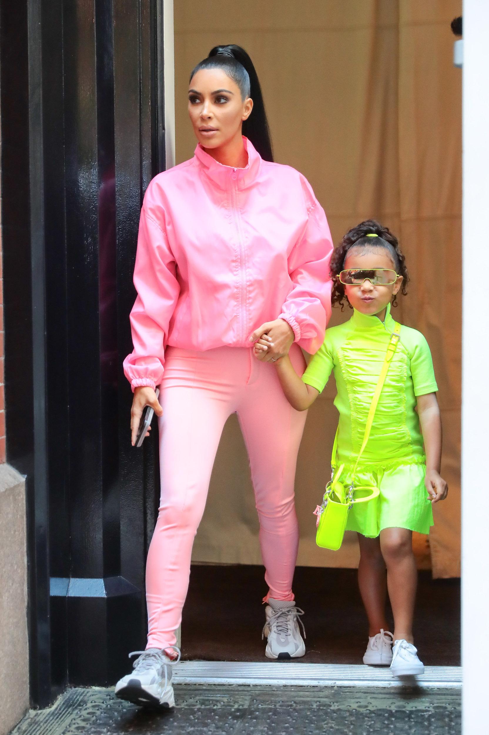North West diện trang phục và phụ kiện màu neon