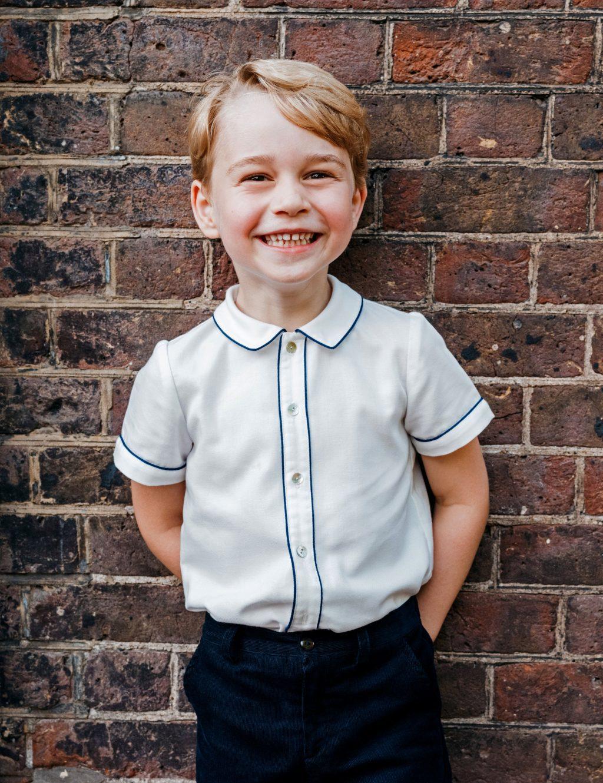 hoàng tử georfe mặc áo sơmi trắng