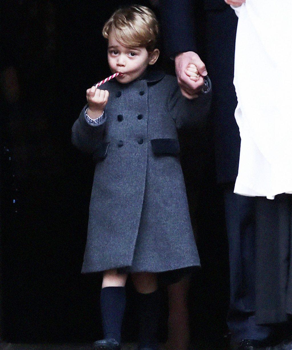 hoàng tử george mặc áo khoác dạ màu xám