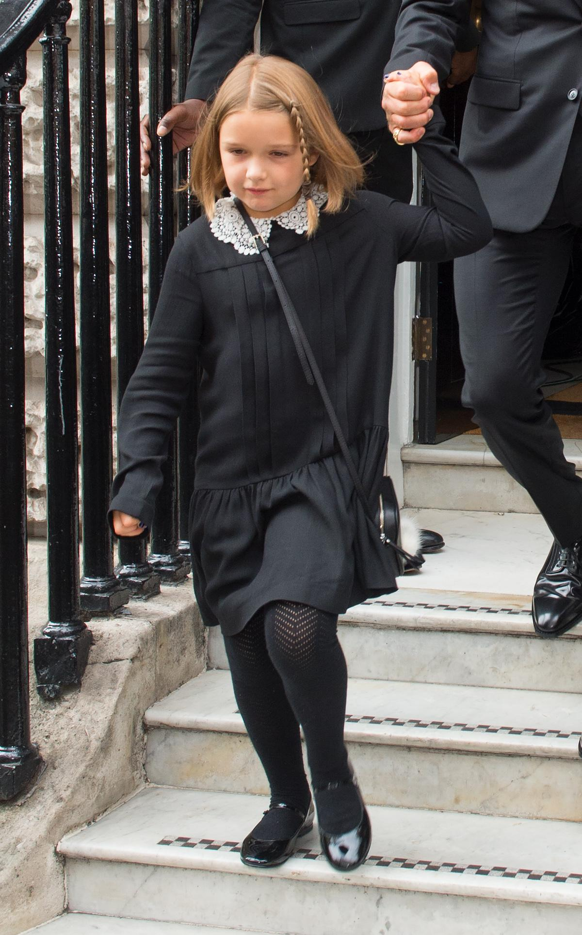 harper beckham diện đầm màu đen