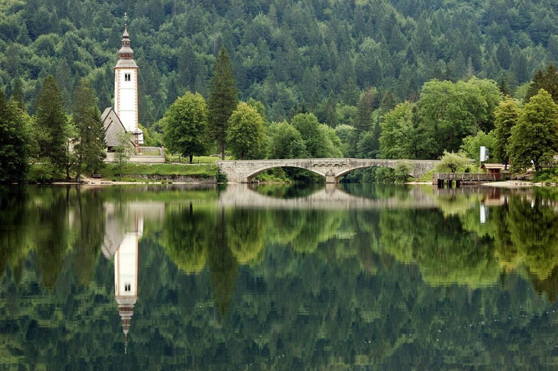 cây cầu và ngọn tháp in xuống mặt hồ