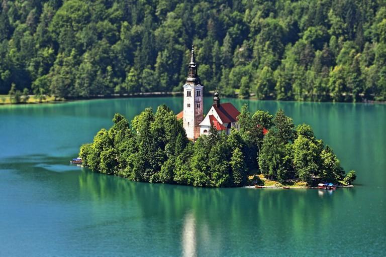 Đảo nhỏ giữa hồ ở Slovenia