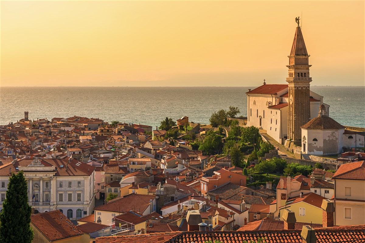 Cảnh hoàng hôn tuyệt đẹp nhìn từ thành phố ở slovenia