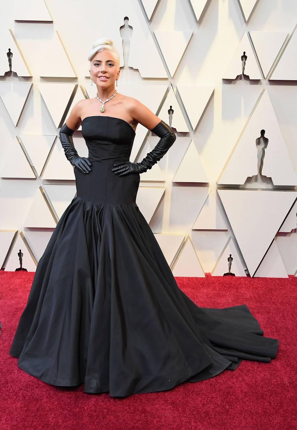 Lady Gaga đã xuất hiện trong bộ đầm đen có thiết kế nhấn hông của NTK Alexander McQueen,