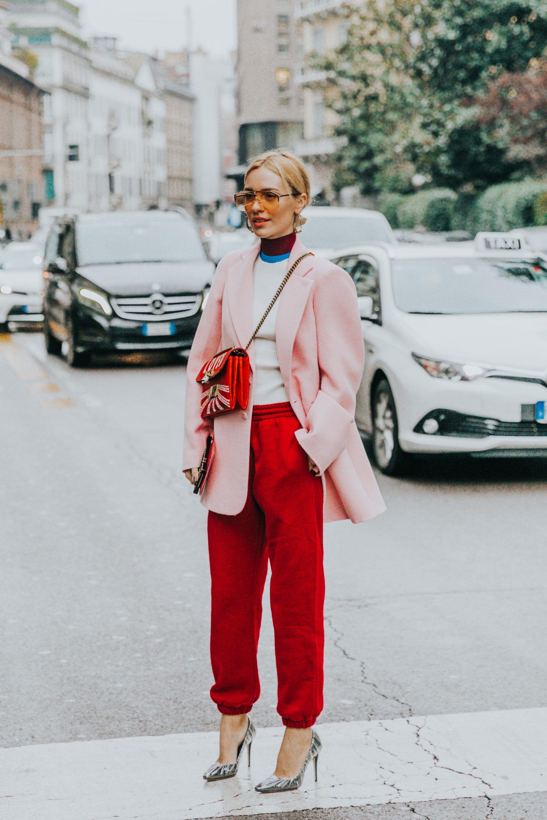 áo blazer màu hồng và quần màu đỏ