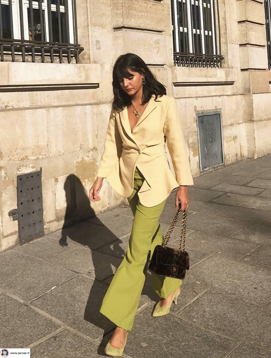 áo blazer màu vàng và quần ống rộng màu xanh lá