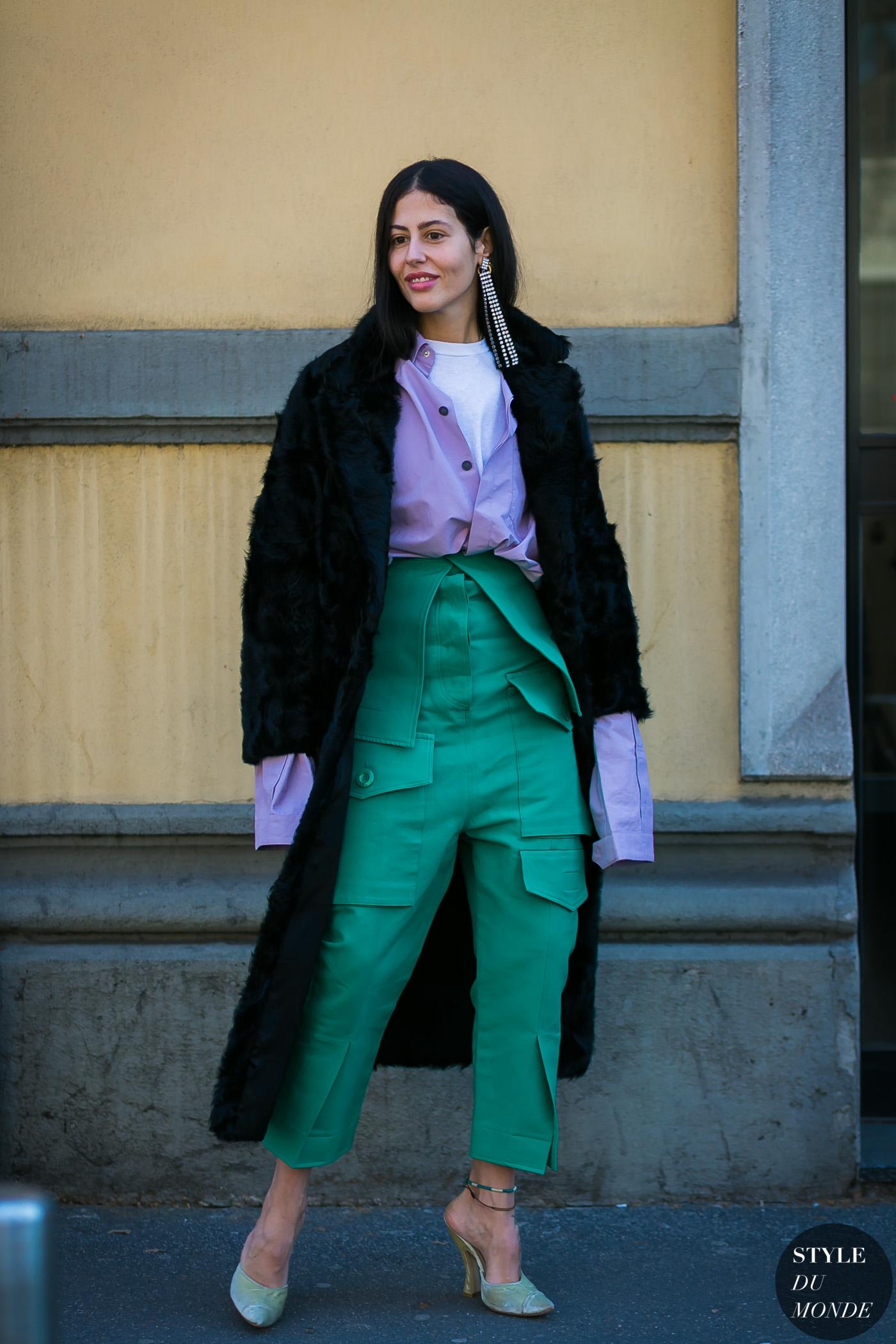 áo sơ mi màu tím và quần cạp cao màu xanh lá
