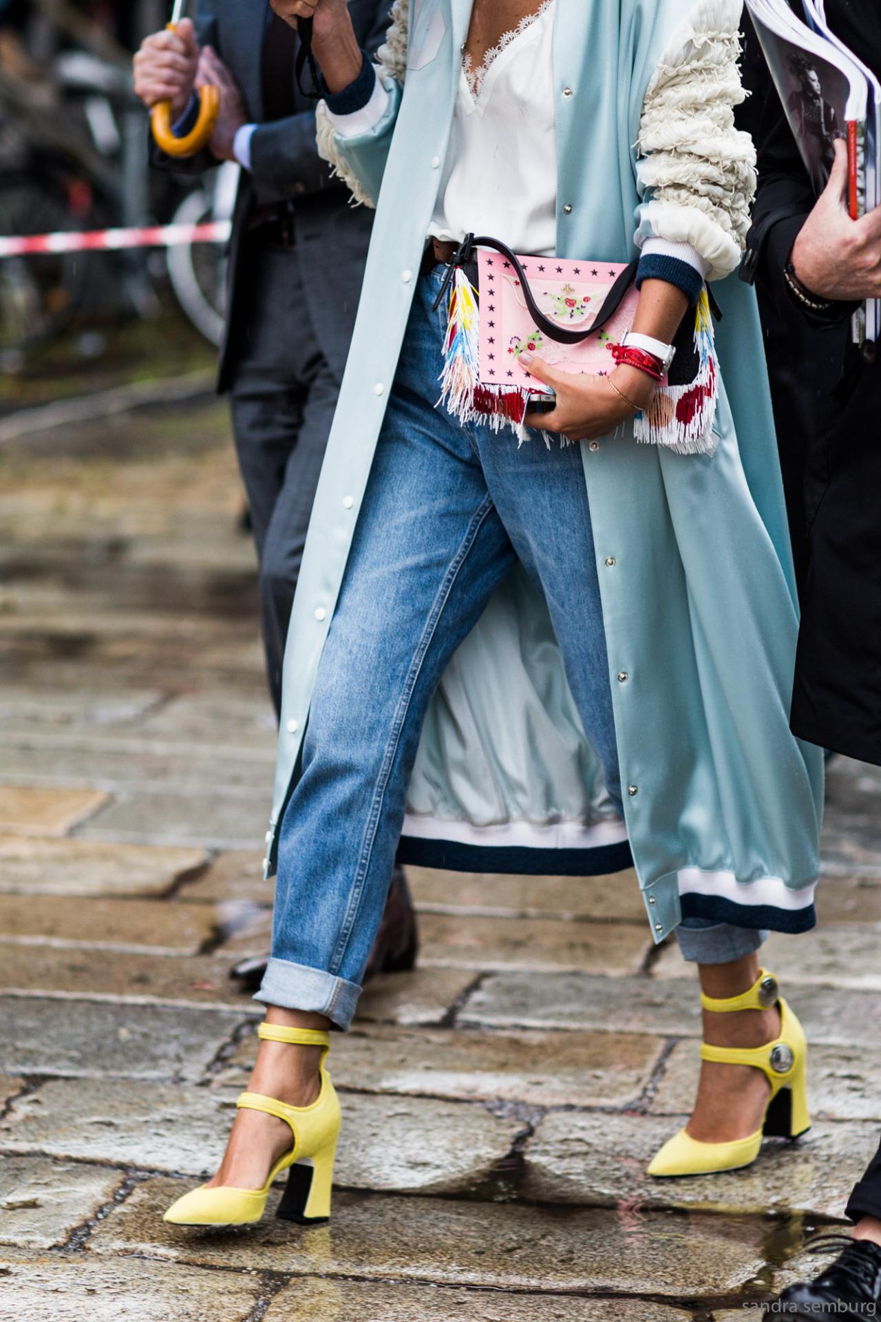 áo khoác dáng dài màu xanh và giày cao gót màu vàng chanh