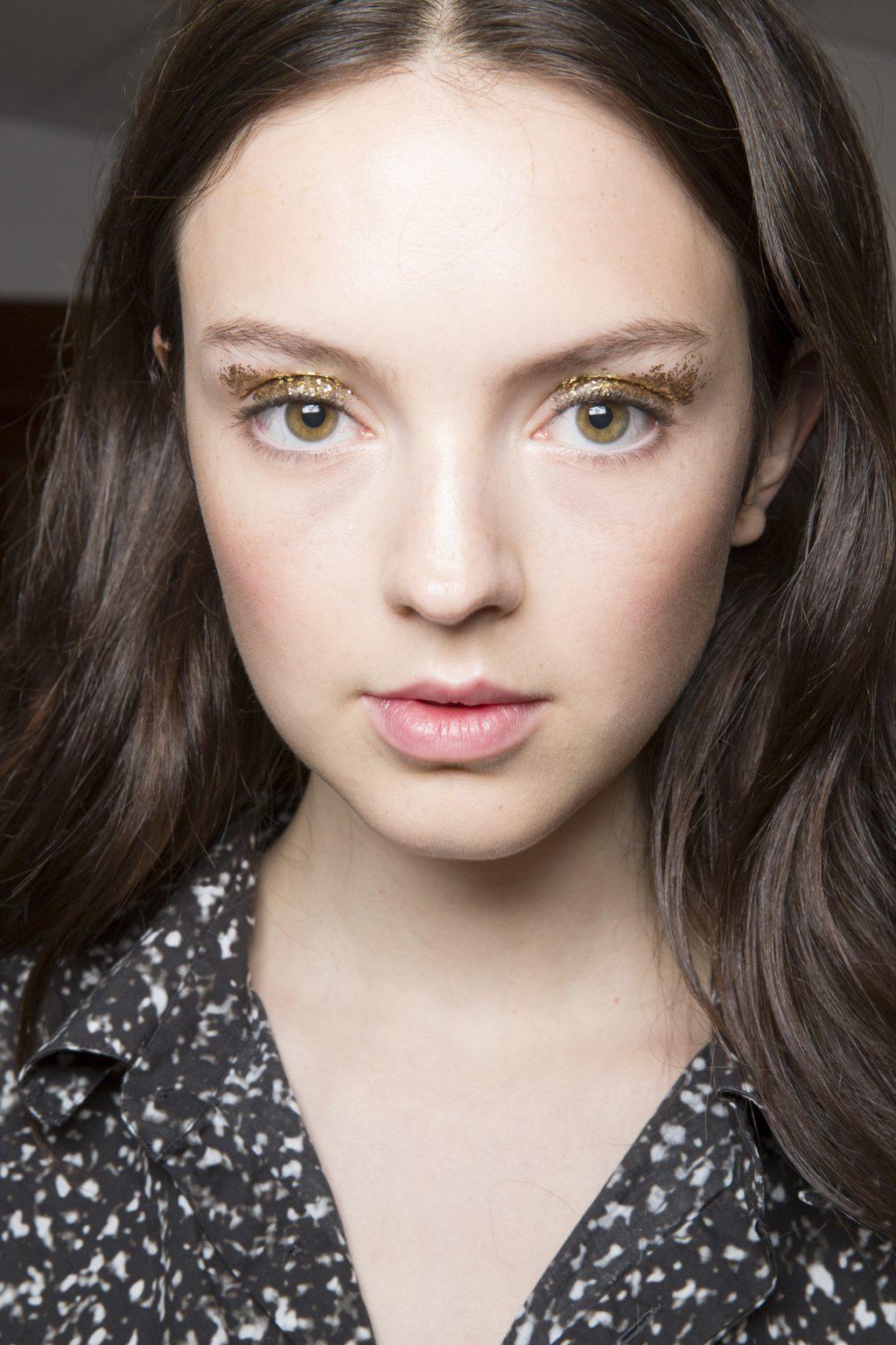 Học cách trang điểm mắt nhũ như người mẫu trong BST của thương hiệu Kate Spade (Xuân - Hè 2019).