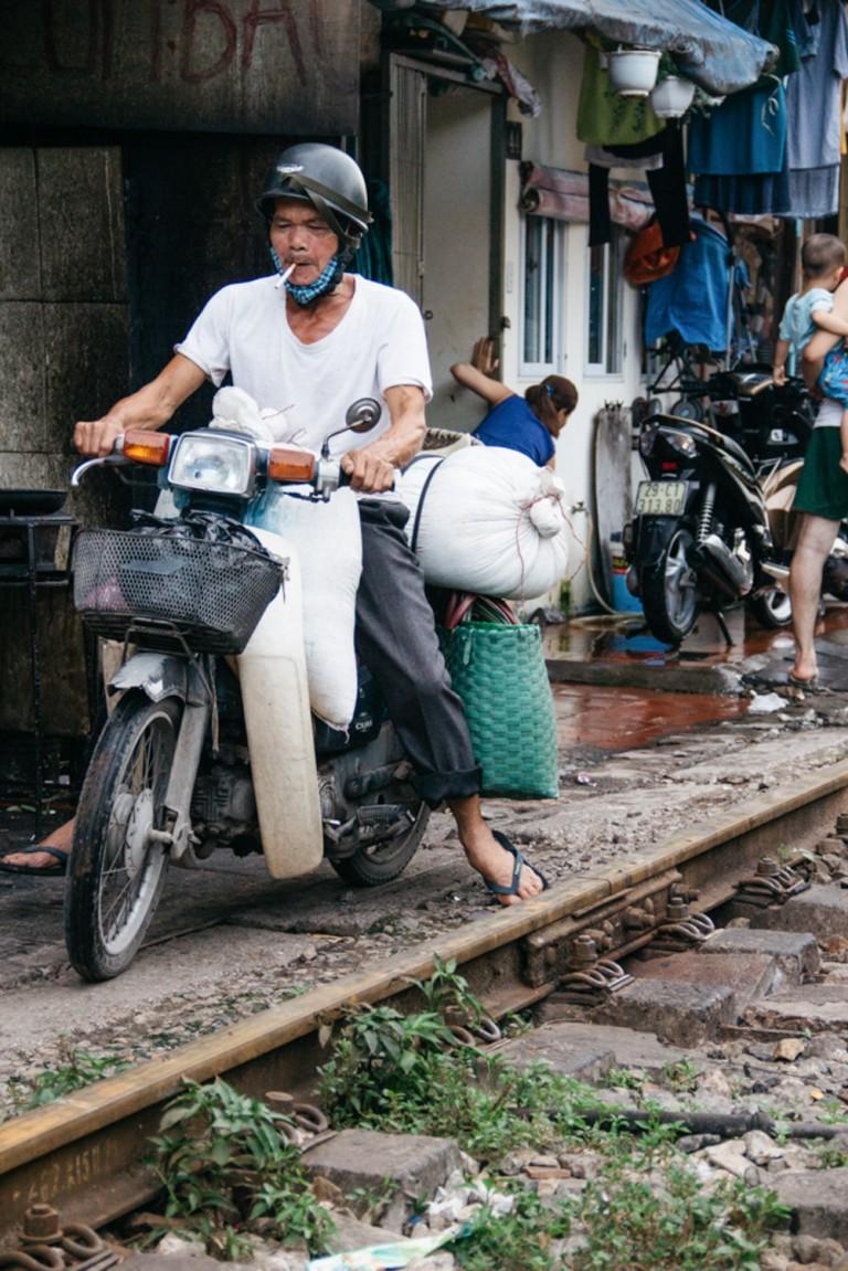 Bộ ảnh: cuộc sống người Hà Nội đôi bên đường ray tàu lửa qua lăng kính nước ngoài