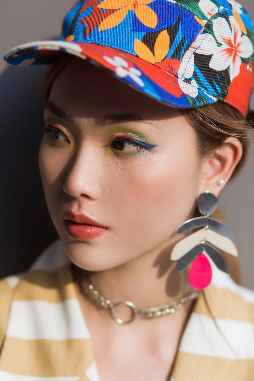 Nếu bạn là một cô nàng năng động, đừng ngại đánh màu mắt theo phong cách đa màu sắc đầy ngẫu hứng kết hợp cùng màu son cam ánh đỏ hồng nền nã.