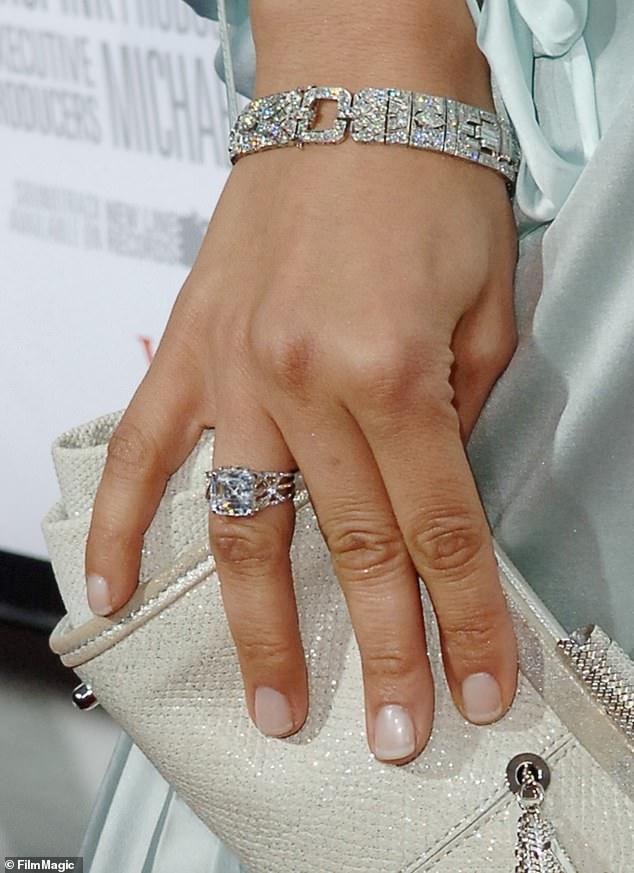 nhẫn đính hôn kim cương jennifer lopez
